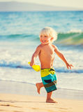 Νέο παιχνίδι αγοριών στην παραλία Στοκ Φωτογραφίες
