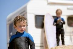 Νέο παιχνίδι αγοριών στους ταξιδιώτες ακτών με το τροχόσπιτο, οικογένεια ho Στοκ Φωτογραφία