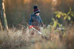 Νέο παιχνίδι αγοριών υπαίθριο με το ξύλινο ξίφος Στοκ φωτογραφίες με δικαίωμα ελεύθερης χρήσης