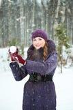 Νέο παιχνίδι γυναικών στις πάλες χιονιών στοκ φωτογραφία με δικαίωμα ελεύθερης χρήσης
