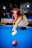 Νέο παιχνίδι λιμνών γυναικών παίζοντας στο μπαρ στοκ φωτογραφία με δικαίωμα ελεύθερης χρήσης