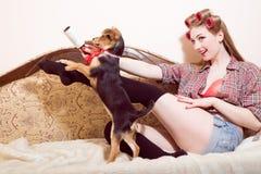 Νέο παιχνίδι κοριτσιών χαμόγελου Sexi με ένα σκυλί Στοκ Εικόνα