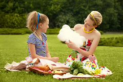Νέο παιχνίδι μητέρων και κορών. Ημέρα μητέρων. Ευτυχής οικογένεια. Στοκ φωτογραφία με δικαίωμα ελεύθερης χρήσης