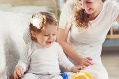 Νέο παιχνίδι μητέρων με το γιο μωρών της Στοκ φωτογραφία με δικαίωμα ελεύθερης χρήσης