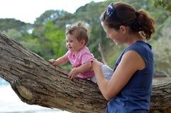 Νέο παιχνίδι μητέρων υπαίθριο με το μωρό της Στοκ Φωτογραφίες