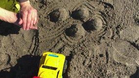 Νέο παιχνίδι μικρών παιδιών με τη μητέρα του στην παραλία φιλμ μικρού μήκους