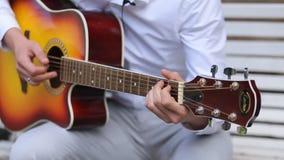 Νέο παιχνίδι μουσικών σόλο στην κλασική κιθάρα, ύφος δάχτυλων κοντά επάνω Μια ακουστική κιθάρα χρησιμοποιεί μόνο τα ακουστικά μέσ απόθεμα βίντεο