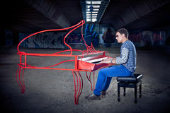 Νέο παιχνίδι pianist στο πιάνο του με τις φωτεινές συγκινήσεις, Στοκ φωτογραφία με δικαίωμα ελεύθερης χρήσης