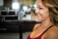 Νέο πανέμορφο θηλυκό χαμόγελο στοκ φωτογραφίες με δικαίωμα ελεύθερης χρήσης