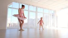 Νέο πανέμορφο ballerina με την λίγη κόρη που χορεύει στο στούντιο απόθεμα βίντεο