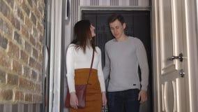 Νέο παντρεμένο ζευγάρι που επιθεωρεί το νέο διαμέρισμά τους απόθεμα βίντεο