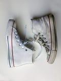 Νέο παπούτσι και παλαιό παπούτσι που δένονται με τα κορδόνια Στοκ φωτογραφία με δικαίωμα ελεύθερης χρήσης