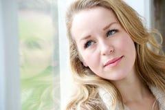 Νέο παράθυρο γυναικών που κοιτάζουν έξω Στοκ Εικόνες