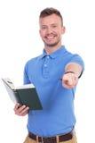 Νέο περιστασιακό άτομο με τα σημεία βιβλίων σε σας Στοκ Εικόνες