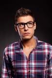 Νέο περιστασιακό άτομο που φορά τα γυαλιά και που ανατρέχει Στοκ Φωτογραφία