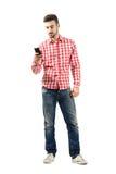 Νέο περιστασιακό άτομο που χρησιμοποιεί το έξυπνο τηλέφωνο Στοκ φωτογραφία με δικαίωμα ελεύθερης χρήσης