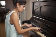 Νέο πιάνο παιχνιδιού γυναικών Στοκ Φωτογραφία