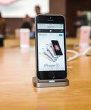 Νέο πιό πρόσφατο smartphone SE iPhone της Apple από τους υπολογιστές της Apple Στοκ εικόνα με δικαίωμα ελεύθερης χρήσης