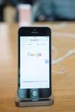 Νέο πιό πρόσφατο smartphone SE iPhone της Apple από τους υπολογιστές της Apple Στοκ Εικόνα