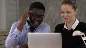 Νέο πλήρωμα Διευθυντών επιχείρησης διαδικασίας ομαδικής εργασίας που εργάζεται με το νέο πρόγραμμα ξεκινήματος απόθεμα βίντεο