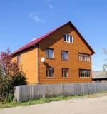 Νέο πορτοκαλί διώροφο ξύλινο κτήριο Στοκ Φωτογραφία