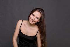 Νέο πορτρέτο γυναικών γέλιου ελκυστικό στοκ φωτογραφίες