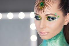 Νέο πορτρέτο γυναικών Μορφή και κατάλληλος βλαστός στούντιο ομορφιάς σωμάτων Τέλειο makeup στο όμορφο πρόσωπο του άσπρου προτύπου Στοκ Εικόνα