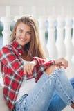 Νέο πορτρέτο γυναικών χαμόγελου υπαίθρια Στοκ Φωτογραφίες