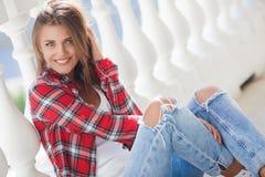 Νέο πορτρέτο γυναικών χαμόγελου υπαίθρια Στοκ Εικόνες