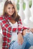 Νέο πορτρέτο γυναικών χαμόγελου υπαίθρια Στοκ Φωτογραφία