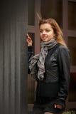 Νέο πορτρέτο γυναικών brunette στο χρώμα φθινοπώρου Στοκ φωτογραφία με δικαίωμα ελεύθερης χρήσης