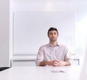 Νέο πορτρέτο επιχειρησιακών ατόμων στο σύγχρονο γραφείο Στοκ Φωτογραφίες