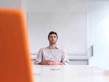 Νέο πορτρέτο επιχειρησιακών ατόμων στο σύγχρονο γραφείο Στοκ Εικόνα