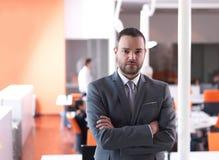 Νέο πορτρέτο επιχειρησιακών ατόμων στο σύγχρονο γραφείο Στοκ φωτογραφία με δικαίωμα ελεύθερης χρήσης