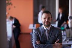 Νέο πορτρέτο επιχειρησιακών ατόμων στο σύγχρονο γραφείο Στοκ Εικόνες