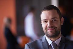 Νέο πορτρέτο επιχειρησιακών ατόμων στο σύγχρονο γραφείο Στοκ εικόνα με δικαίωμα ελεύθερης χρήσης