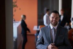 Νέο πορτρέτο επιχειρησιακών ατόμων στο σύγχρονο γραφείο Στοκ Φωτογραφία