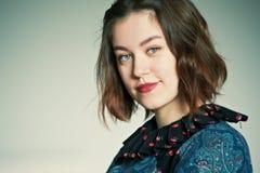 Νέο πορτρέτο στούντιο γυναικών στο γκρίζο υπόβαθρο Στοκ Εικόνες