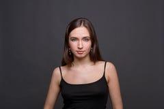 Νέο πορτρέτο στούντιο γυναικών headshot στο σκοτεινό υπόβαθρο Στοκ Εικόνες
