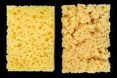 Νέο πορώδες σφουγγάρι και φορεμένο κίτρινο σφουγγάρι για τα πιάτα πλύσης σε ένα μαύρο υπόβαθρο, αφηρημένο υπόβαθρο Στοκ εικόνα με δικαίωμα ελεύθερης χρήσης