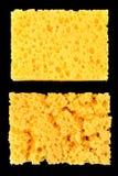 Νέο πορώδες σφουγγάρι και φορεμένο κίτρινο σφουγγάρι για τα πιάτα πλύσης σε ένα μαύρο υπόβαθρο, αφηρημένο υπόβαθρο Στοκ φωτογραφία με δικαίωμα ελεύθερης χρήσης
