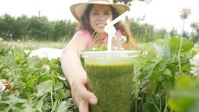 Νέο ποτό γυναικών που κρατά το υγιές detox υπαίθρια απόθεμα βίντεο