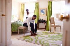 Νέο πολυ εθνικό ζεύγος που παίρνει έτοιμο σε ένα δωμάτιο ξενοδοχείου Στοκ φωτογραφίες με δικαίωμα ελεύθερης χρήσης