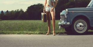 Νέο προκλητικό κορίτσι στο δρόμο στοκ εικόνα με δικαίωμα ελεύθερης χρήσης