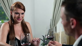 νέο προκλητικό κορίτσι που έχει το ρομαντικό γεύμα με το φίλο της που έχει τη συνομιλία και φιλμ μικρού μήκους