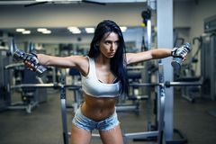 Νέο προκλητικό κορίτσι σε μια αθλητική γυμναστική στοκ εικόνα
