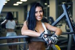 Νέο προκλητικό κορίτσι σε μια αθλητική γυμναστική στοκ φωτογραφίες