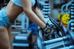 Νέο προκλητικό κορίτσι σε μια αθλητική γυμναστική στοκ φωτογραφίες με δικαίωμα ελεύθερης χρήσης