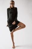 Νέο προκλητικό κορίτσι στην τοποθέτηση φορεμάτων στο στούντιο Στοκ Φωτογραφίες