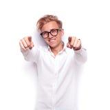 Νέο προκλητικό ξανθό άτομο που δείχνει τα δάχτυλα στη κάμερα Στοκ Φωτογραφίες